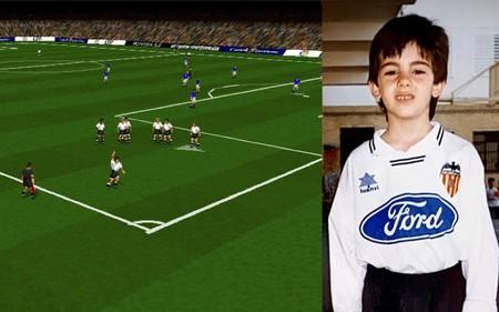 A la izquierda, el Valencia de 1996 celebrando un gol de Fernando al Tenerife en el juego. A la derecha, mi foto de niño con el uniforme del Valencia de 1996.