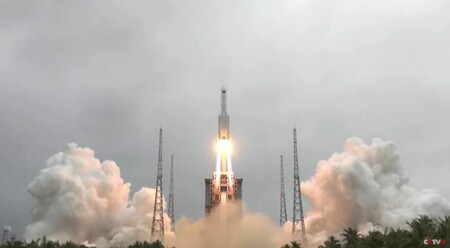 Longmarch5b Tianhe Liftoff 29april2021 1 879x485